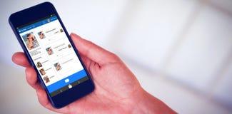 Zusammengesetztes Bild 3d der Hand der Frau schwarzen Smartphone halten Stockfoto