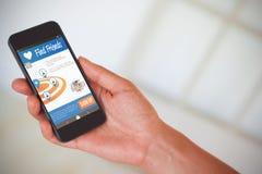 Zusammengesetztes Bild 3d der Hand der Frau schwarzen Smartphone halten Lizenzfreie Stockfotografie