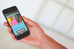 Zusammengesetztes Bild 3d der Hand der Frau schwarzen Smartphone halten Lizenzfreie Stockbilder