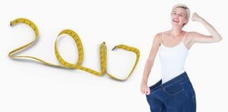 zusammengesetztes Bild 3D der lächelnden Frau zu große Jeans tragend Stockfotos