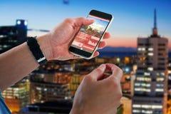 Zusammengesetztes Bild 3d der Nahaufnahme des Mannes Handy halten Lizenzfreies Stockfoto