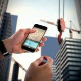 Zusammengesetztes Bild 3d der Nahaufnahme des Mannes Handy halten Stockfotos