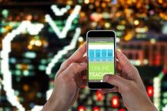 Zusammengesetztes Bild 3d der Nahaufnahme des Mannes intelligentes Telefon halten Stockfoto