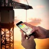 Zusammengesetztes Bild 3d der Nahaufnahme des Mannes intelligentes Telefon halten Stockfotos