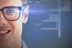 Zusammengesetztes Bild 3d des Abschlusses oben der lächelnden tragenden Brillen des jungen Mannes Lizenzfreie Stockfotografie