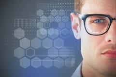 Zusammengesetztes Bild 3d des Abschlusses oben der tragenden Brillen des jungen Mannes Stockfotografie