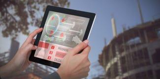 Zusammengesetztes Bild 3d des geernteten Bildes der Geschäftsfrau digitale Tablette halten stockfotos