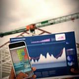 Zusammengesetztes Bild 3d des geernteten Bildes der Hand Handy und Diagramm halten Lizenzfreies Stockfoto