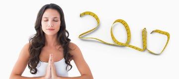 zusammengesetztes Bild 3d des hübschen Brunette Yoga tuend Stockfotografie