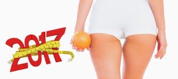 zusammengesetztes Bild 3D des Mittelteils der Frau Orange halten Stockfotografie