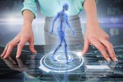 Zusammengesetztes Bild 3d des Mittelteils der Geschäftsfrau, die digitalen Schirm verwendet Stockfoto