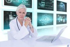 Zusammengesetztes Bild 3d des Porträts der überzeugten Ärztin mit Laptop auf Schreibtisch stockfoto