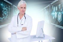 Zusammengesetztes Bild 3d des Porträts des bereitstehenden Schreibtisches der überzeugten Ärztin lizenzfreies stockbild