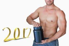 zusammengesetztes Bild 3D des Porträts des hemdlosen Mannes Flasche halten Stockbild