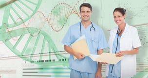 zusammengesetztes Bild 3D des Porträts des Mannes und der Ärztinnen mit ärztlichen Attesten Stockbild