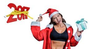 zusammengesetztes Bild 3D des Porträts des weiblichen Athleten im Weihnachtskostüm und im halten Geschenk Stockbild