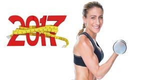 zusammengesetztes Bild 3D des weiblichen Bodybuilders ausarbeitend mit den großen Dummköpfen, die an der Kamera lächeln Lizenzfreies Stockfoto