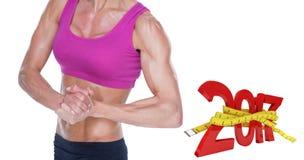 zusammengesetztes Bild 3D des weiblichen Bodybuilders biegend im Sport-BH und -kurzen Hosen Stockfotos