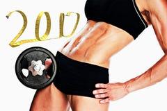 zusammengesetztes Bild 3D des weiblichen Bodybuilders mittleren Abschnitt des großen schwarzen Dummkopfs halten Stockbild