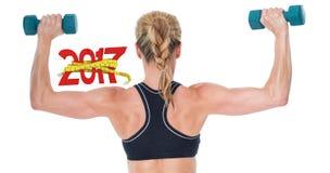 zusammengesetztes Bild 3D des weiblichen Bodybuilders zwei Dummköpfe mit den Armen oben halten Lizenzfreies Stockfoto