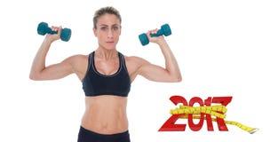 zusammengesetztes Bild 3D des weiblichen Bodybuilders zwei Dummköpfe mit den Armen oben halten Lizenzfreies Stockbild