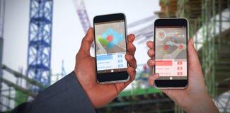 Zusammengesetztes Bild 3d von geernteten Händen des Mannes und der Frau, die Handys halten Lizenzfreie Stockfotos