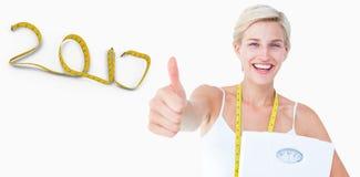 zusammengesetztes Bild 3D von glücklichen Frauenholdingskalen mit den Daumen oben Stockfotos