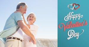 Zusammengesetztes Bild der älteren Frau ihren Partner umarmend Stockbilder