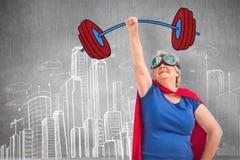 Zusammengesetztes Bild der älteren Frauenverkleidung, wie Superheld mit der Hand anhob stock abbildung