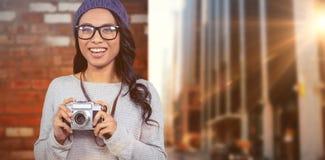 Zusammengesetztes Bild der asiatischen Frau Digitalkamera halten Lizenzfreie Stockbilder
