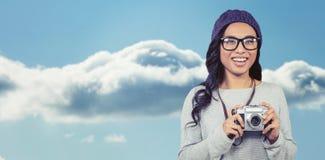 Zusammengesetztes Bild der asiatischen Frau Digitalkamera halten Stockbild