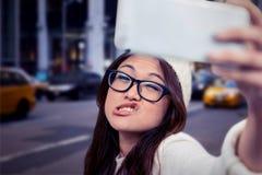 Zusammengesetztes Bild der asiatischen Frau Gesichter machend und selfie nehmend Stockbild