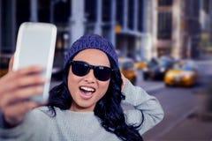 Zusammengesetztes Bild der asiatischen Frau selfie nehmend Stockbild