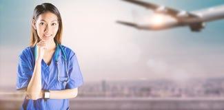 Zusammengesetztes Bild der asiatischen Krankenschwester denkend mit der Hand auf Kinn lizenzfreies stockbild