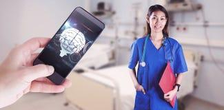 Zusammengesetztes Bild der asiatischen Krankenschwester mit dem Stethoskop, welches die Kamera betrachtet stockbilder