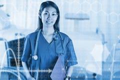 Zusammengesetztes Bild der asiatischen Krankenschwester mit dem Stethoskop, welches die Kamera betrachtet Lizenzfreie Stockfotos