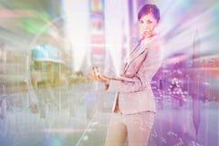 Zusammengesetztes Bild der überzeugten jungen Geschäftsfrau mit Laptop Lizenzfreies Stockbild