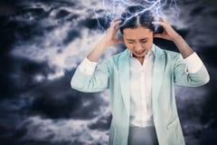Zusammengesetztes Bild der besorgten Geschäftsfrau ihren Kopf halten Lizenzfreies Stockfoto