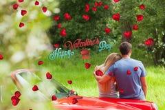 Zusammengesetztes Bild der bewundern Natur der liebevollen Paare beim Lehnen auf ihrem Cabriolet Lizenzfreies Stockbild