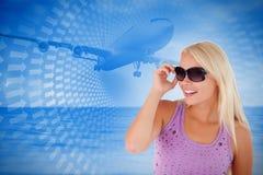 Zusammengesetztes Bild der blonden Frau mit Sonnenbrille Stockfotografie