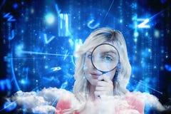 Zusammengesetztes Bild der blonden Frau schauend durch eine Lupe Lizenzfreies Stockbild