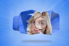 Zusammengesetztes Bild der blonden haltenen Lupe auf abstraktem Schirm Stockbild