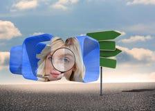 Zusammengesetztes Bild der blonden haltenen Lupe auf abstraktem Schirm Lizenzfreie Stockbilder