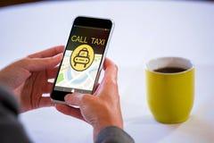 Zusammengesetztes Bild der Computerikone des Taxis mit Text auf Karte Stockfotografie