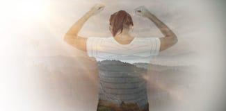 Zusammengesetztes Bild der deprimierten Frau mit den Händen angehoben Stockfotografie