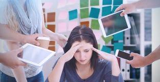 Zusammengesetztes Bild der deprimierten Geschäftsfrau mit Kopf in den Händen Lizenzfreies Stockfoto