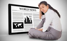 Zusammengesetztes Bild der deprimierten Geschäftsfrau sitzend mit der Hand auf Kopf Lizenzfreie Stockfotografie