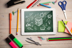 Zusammengesetztes Bild der digitalen Tablette auf Studentenschreibtisch Stockbild