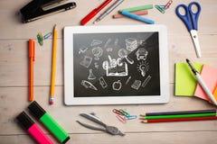 Zusammengesetztes Bild der digitalen Tablette auf Studentenschreibtisch Lizenzfreie Stockfotos