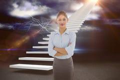 Zusammengesetztes Bild der eleganten Geschäftsfrau mit den Armen kreuzte im Büro 3d Lizenzfreie Stockbilder
